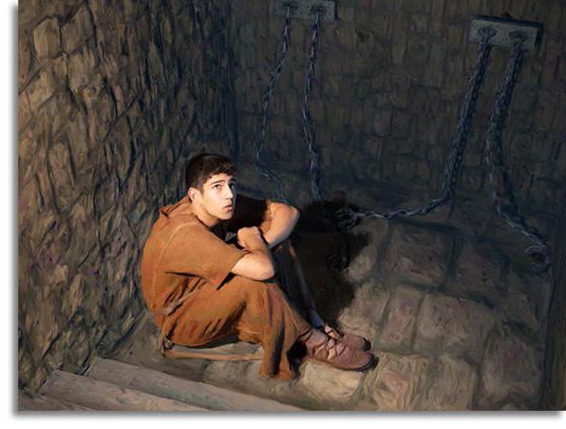 Под моими окнами выводили заключенных на прогулку, среди них был мой молодой человек.