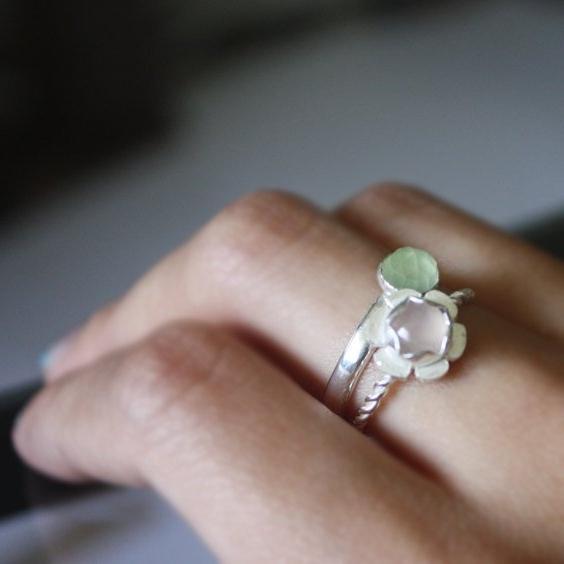 Сон, где снится серебряное кольцо с камнем, предвещает долгий и счастливый брак.